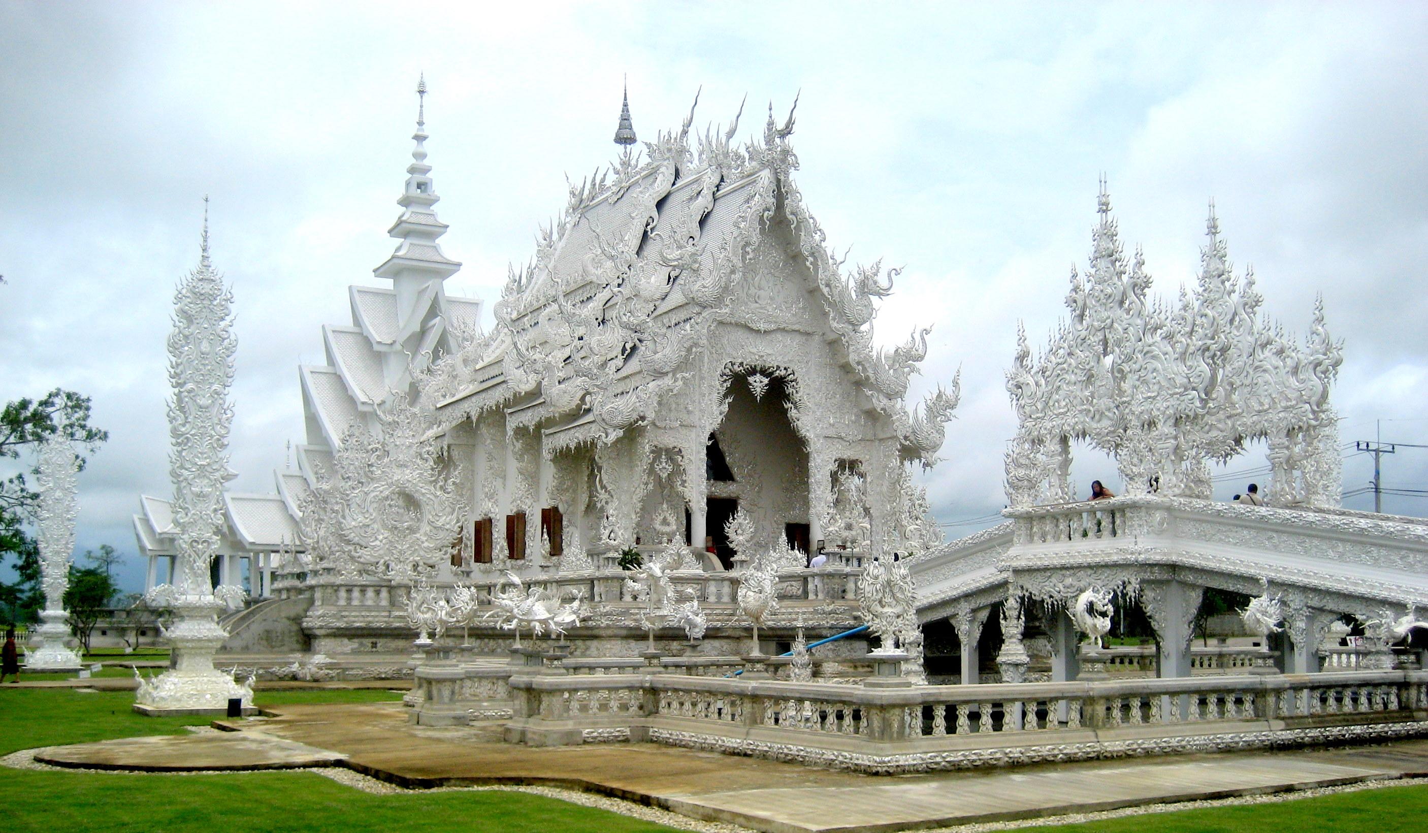 Mặc dù mang trong mình đôi nét cổ quái, song chùa Trắng chỉ mới được xây dựng gần đây vào năm 1997. Ngôi chùa độc đáo này được xây dựng bởi một kiến trúc sư người Thái có tên Chalermchai Kositpipat. N